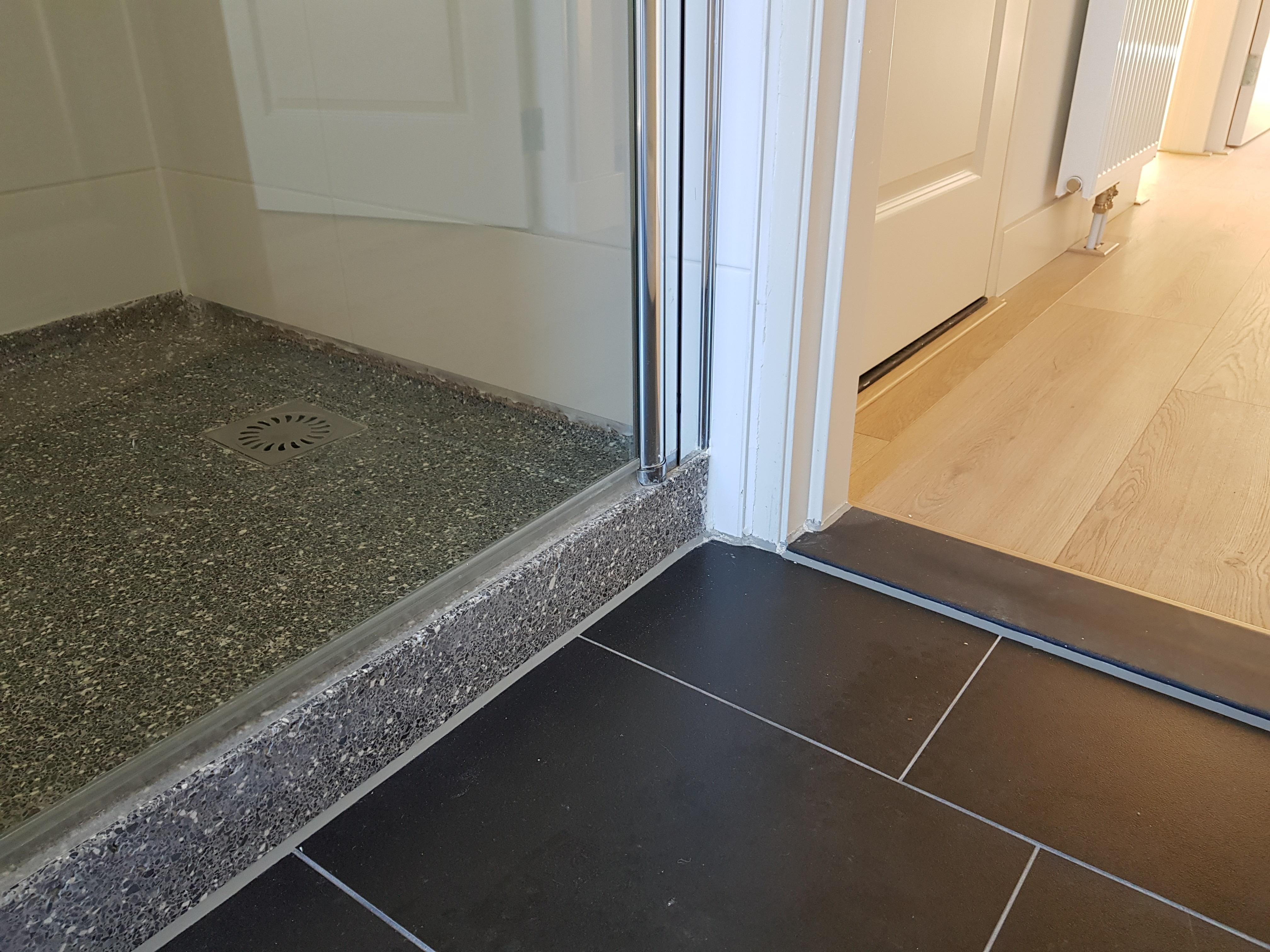 Verbouwing UFA Bouw_Krammerstraat_Afwerking vloeren badkamer