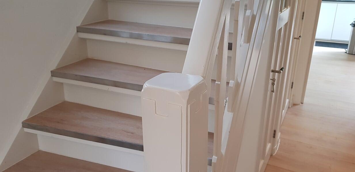 Verbouwing UFA Bouw_Schiedam_Gang trap beneden inzoom plavuizen houtlook