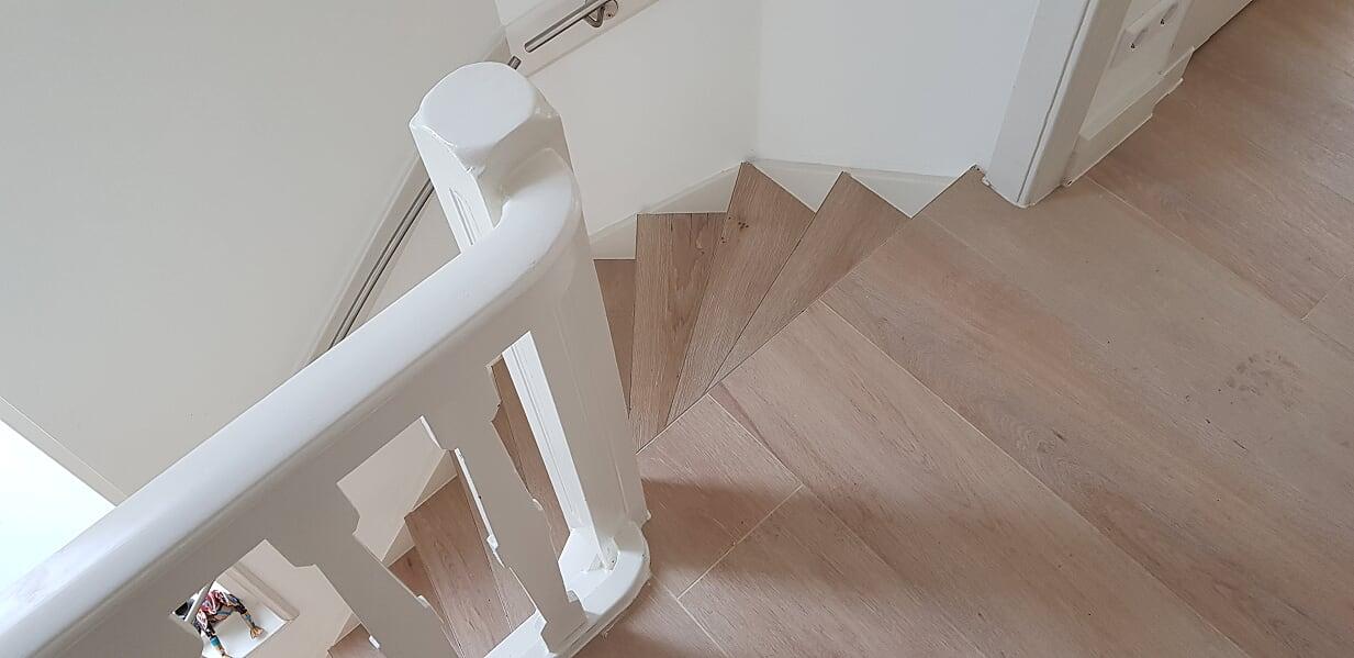 Verbouwing UFA Bouw_Schiedam_Gang trap boven plavuizen houtlook